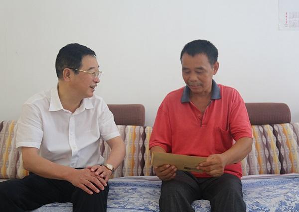 8月1日下午,常德市政协主席李爱国来到柳叶湖白鹤山镇看望慰问优抚
